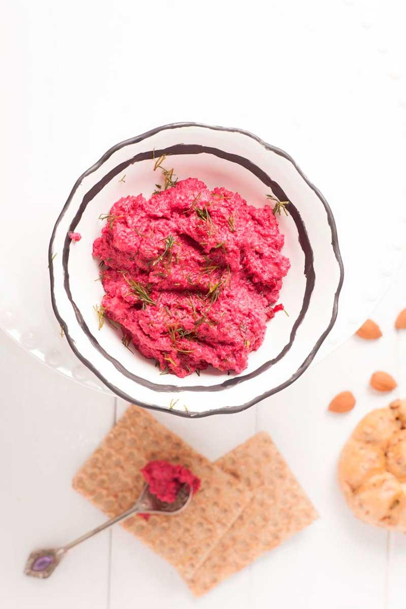 Hummus di barbabietola con pane ai semi di zucca