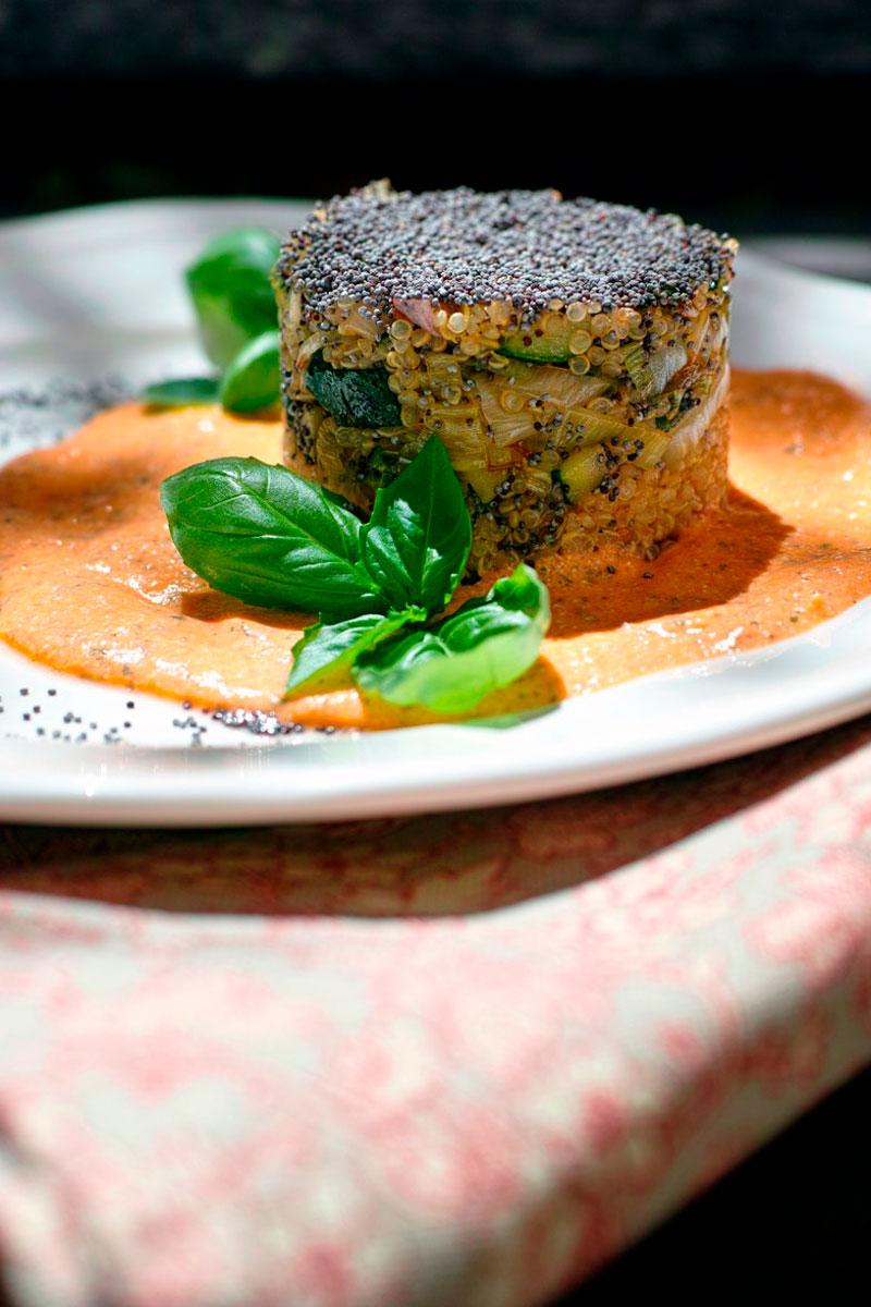 Quinoa con zucchine e porri e crema di pomodoro al basilico
