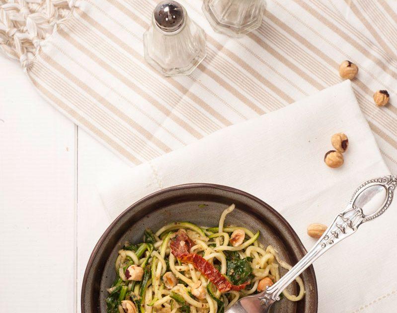 Spaghetti di zucchine con crema di mandorle e spinaci