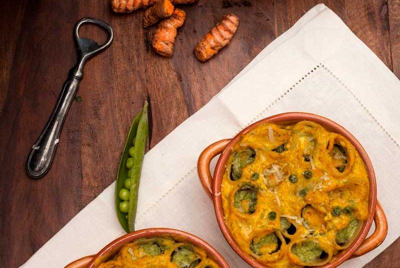 Paccheri ripieni di pesto di piselli con salsa ai fiori di zucca e curcuma