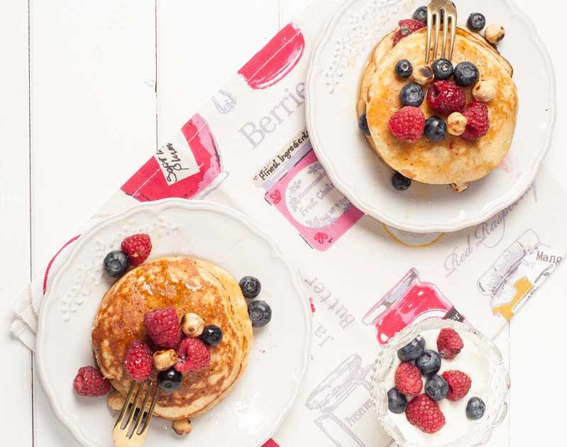 Pancakes integrali con yogurt, frutti di bosco e nocciole piemontesi