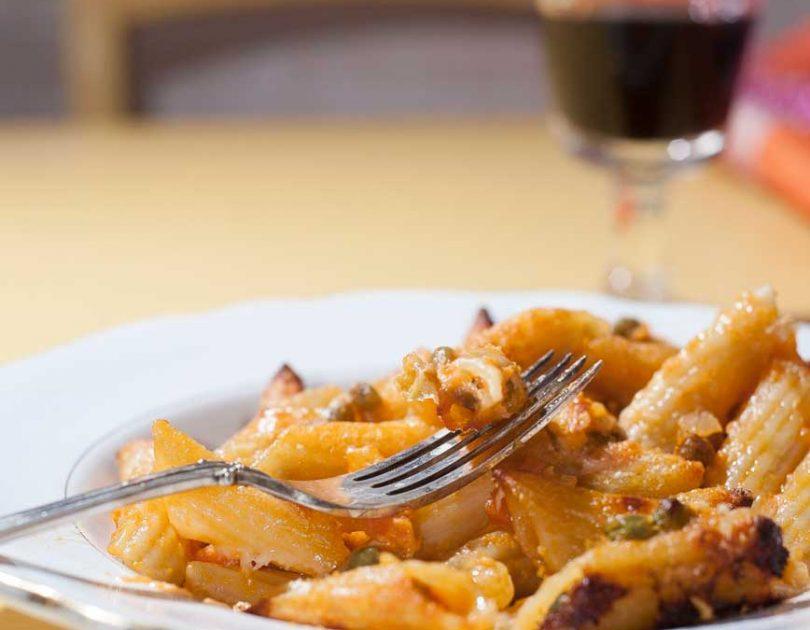 Pasta al forno con ragù di piselli e finta besciamella alle carote