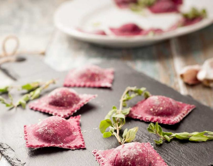 Ravioli integrali rossi con robiola, noci e maggiorana
