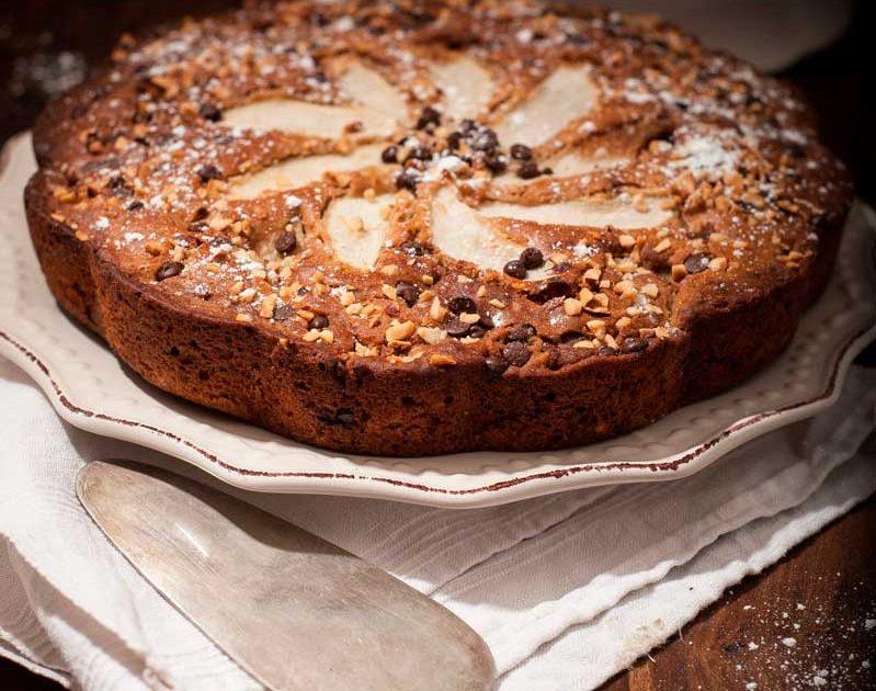 Torta integrale con pere caramellate, nocciole e cioccolato fondente