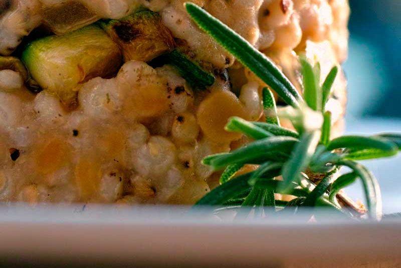 Sorgo con lenticchie rosse, cipolla in agrodolce e zucchine croccanti