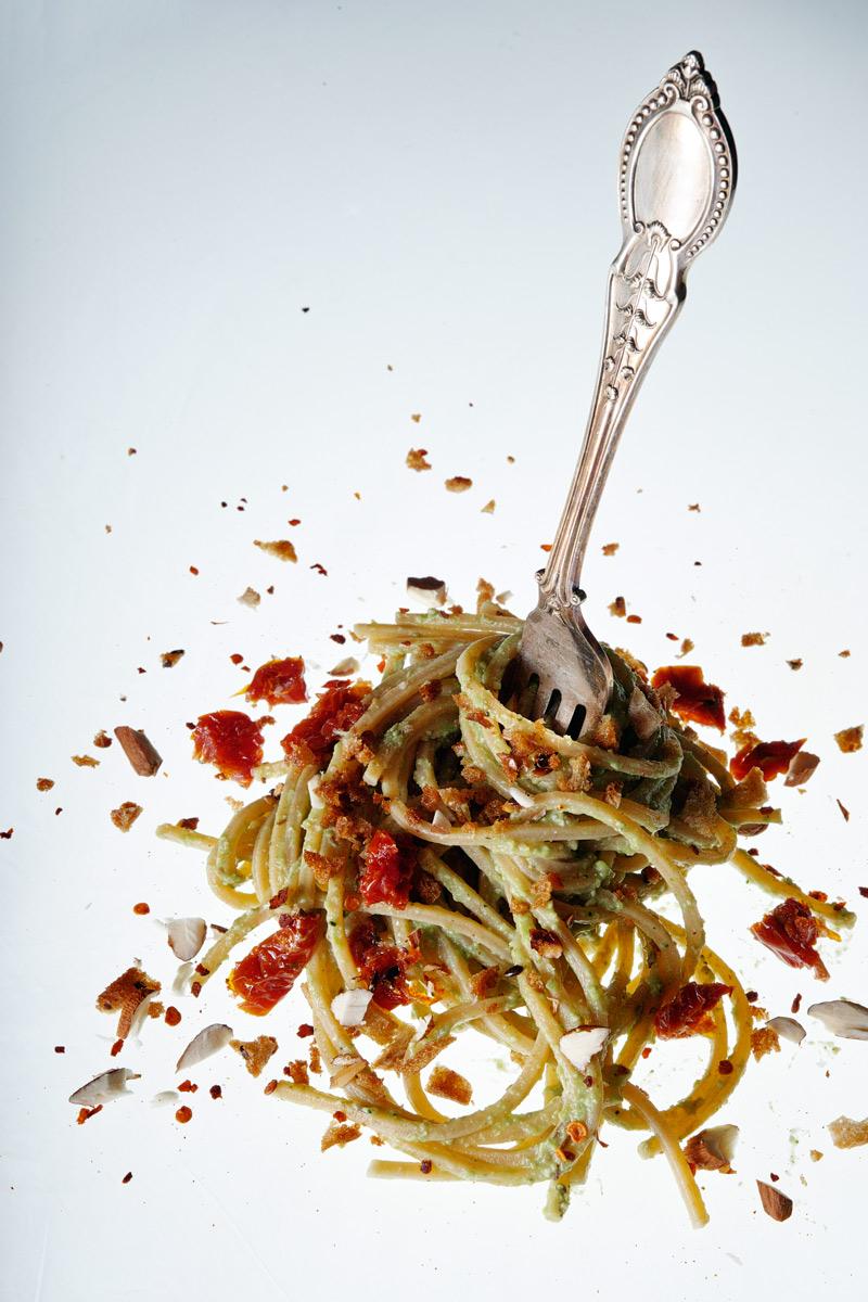 Spaghetti integrali con pesto di broccoli, mandorle, pomodori secchi e briciole di pane