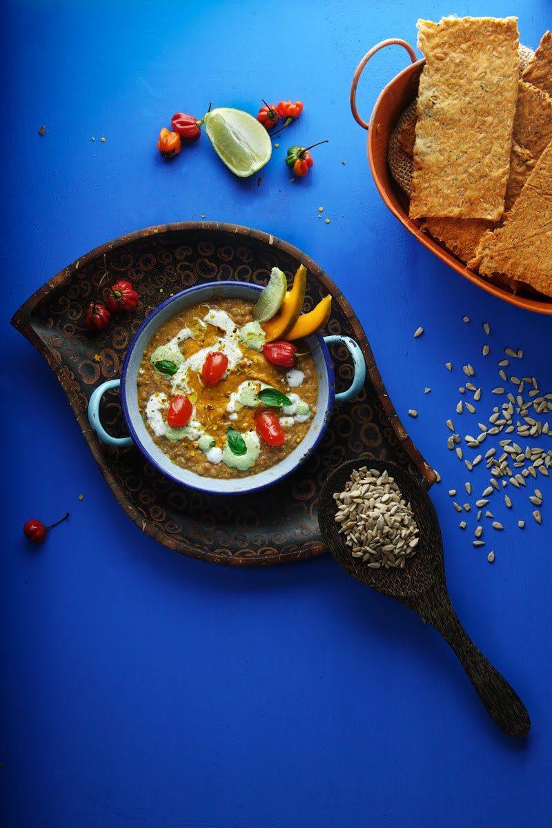 Lenticchie tiepide con curry al mango, maionese di basilico e Crackers ai semi di girasole